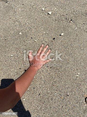 Kum plajda elinin izini bırakmak. Güzel kum plajda elini bastırmak