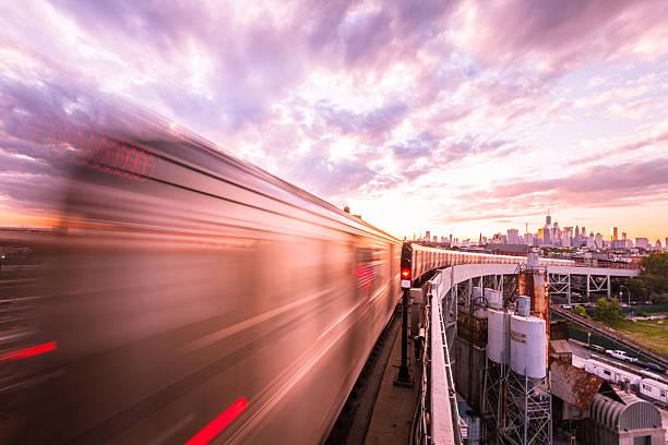 leaving brooklyn - hochbahn passagierzug stock-fotos und bilder