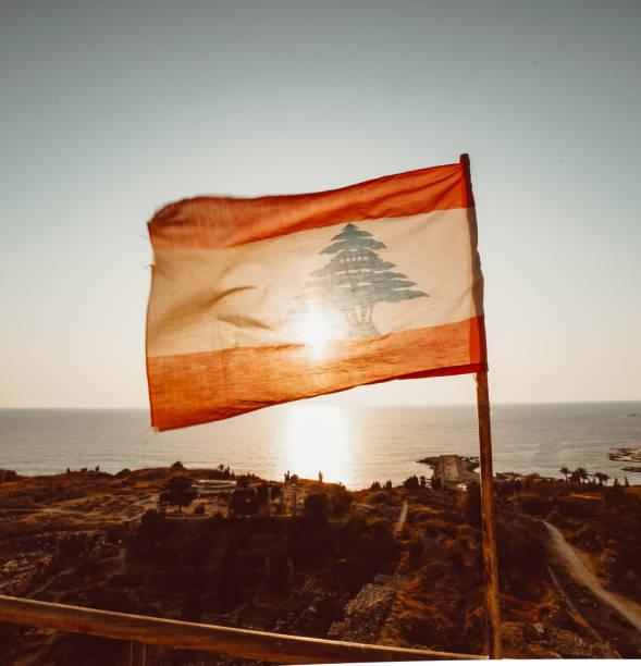 drapeau libanais ondulant au soleil - liban photos et images de collection