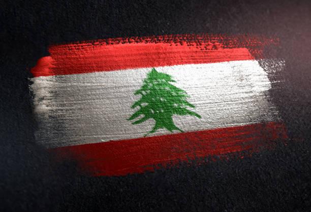 drapeau de liban fait de brosse en métal peinture grunge mur foncé - liban photos et images de collection