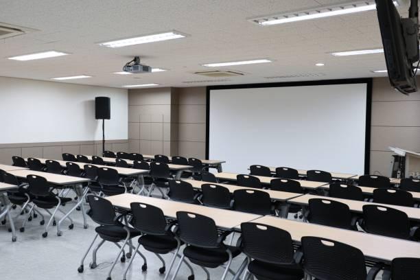 Sala de aula, com dois blocos de cadeiras, sala de aula vazia Universidade - foto de acervo