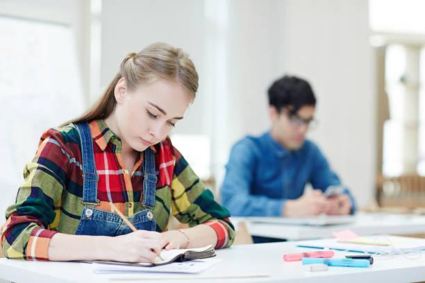 lezione al college - esame maturità foto e immagini stock