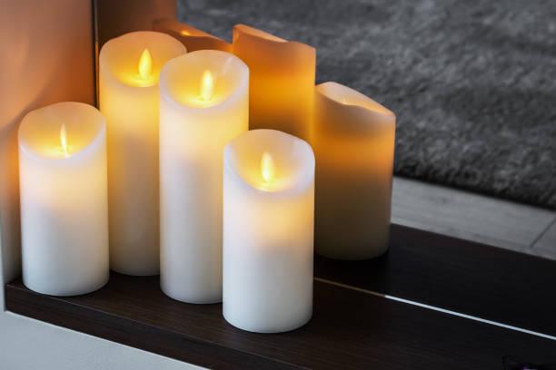 LED elektrische Kerzen stehen in der Wohnung – Foto