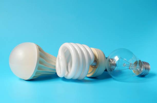 led lampe, leuchtstofflampe und glühlampe auf blauem hintergrund - glühbirne e27 stock-fotos und bilder