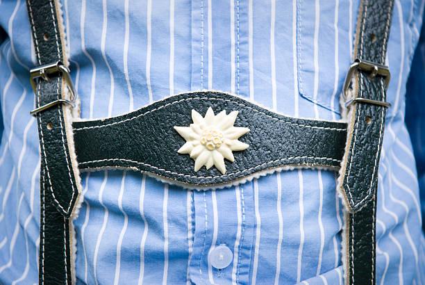 lederhose-trachtenmode nahaufnahme, junge tragen und blau gestreiftes hemd, - bayerische tracht stock-fotos und bilder