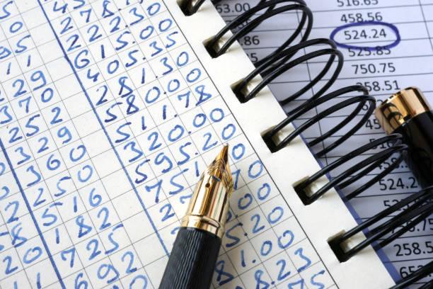 Contabilidad y la tabla con números. Concepto financiero. - foto de stock
