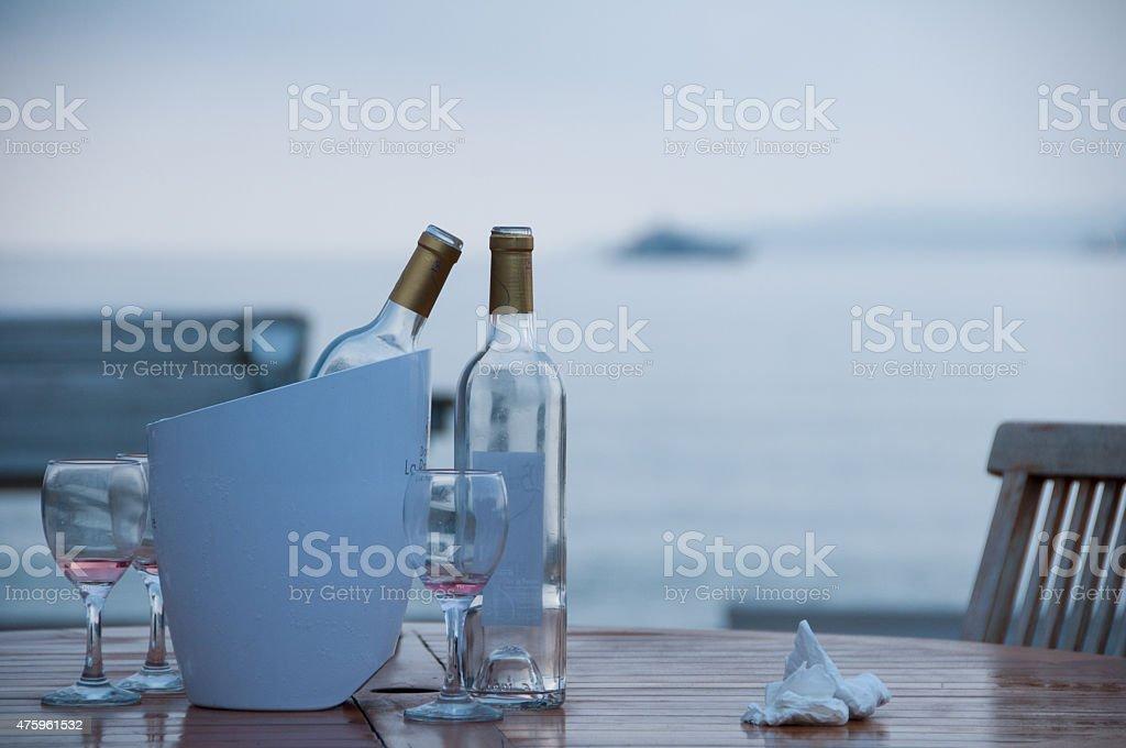 Leere Weinflaschen in Strandbar #_JWK1724 stock photo