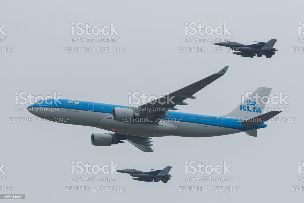 Leeuwarden-Nederland 11 juni 2016: Airbus A330 van de KLM begeleid door twee F-16 van de Koninklijke Nederlandse Luchtmacht foto