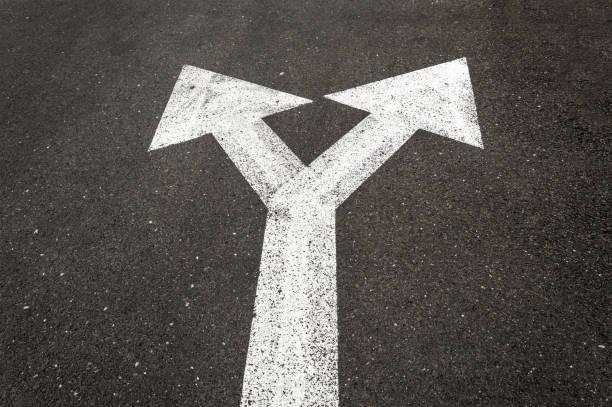 Panneau de signalisation de gauche et de droite sur la route. - Photo