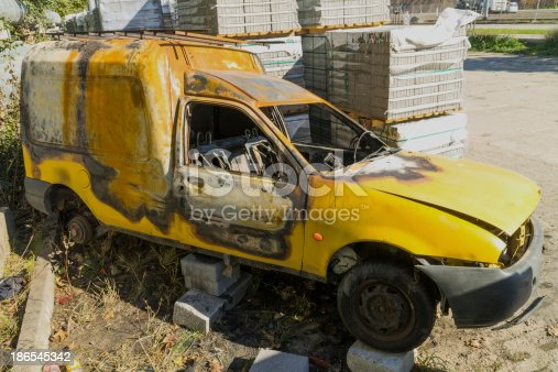 istock Left to burned car after theft 186545342