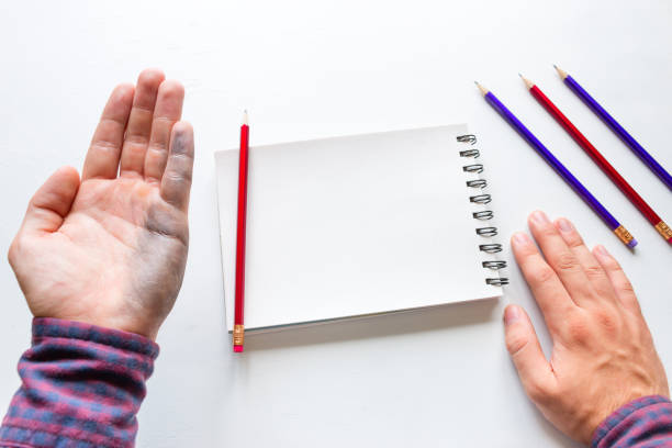 homme gaucher montre une main sale après avoir écrit la maquette - gaucher photos et images de collection