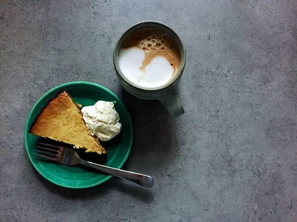 sobrante thanksgiving tarta de calabaza cheesecake y latte para el desayuno - thanksgiving leftovers fotografías e imágenes de stock