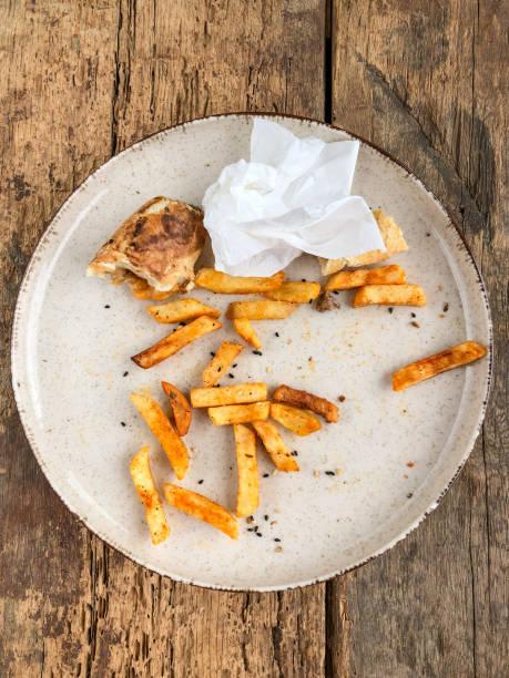 rester från hamburgare och pommes frites på tallrik - tallrik uppätet bildbanksfoton och bilder