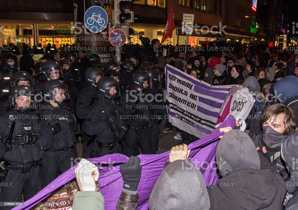 Linke protesters Kundgebung gegen Pegida-Demonstration – Foto
