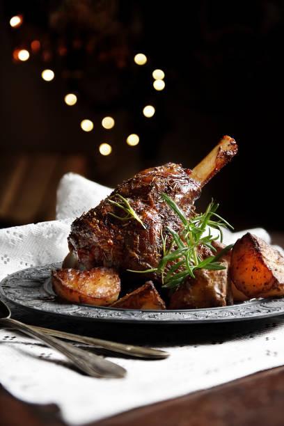 leg of lamb 1 - jantar assado imagens e fotografias de stock