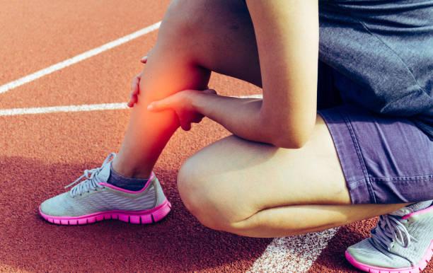 schmerzen in den beinen von übung - gesundheitswesen und medizin - körperverletzung - fotografische effekte - wadenkrämpfe was tun stock-fotos und bilder