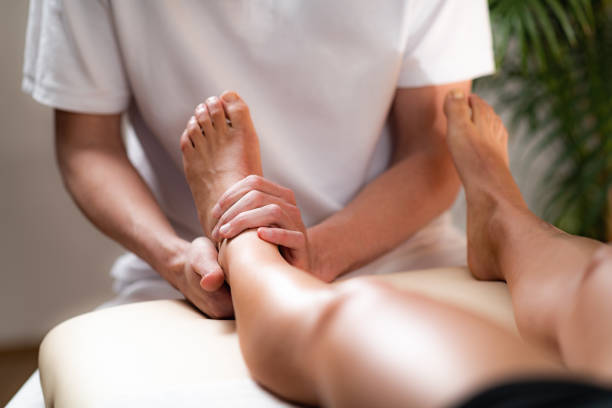 leg pain osteopathy treatment. - sports medicine stock pictures, royalty-free photos & images