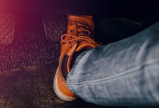 pulsar la pierna con el pedal de gas. - pedal fotografías e imágenes de stock