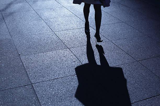 Einsame weibliche zu Fuß in Blau Nacht Schatten – Foto