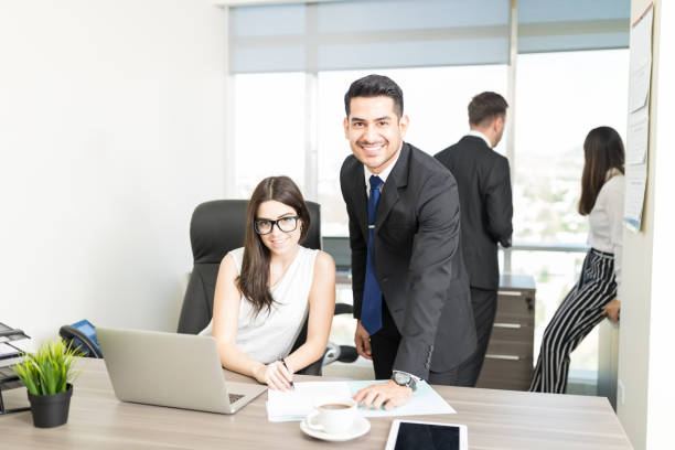 juridische adviseurs glimlachend en planning op de werkplek - four lawyers stockfoto's en -beelden