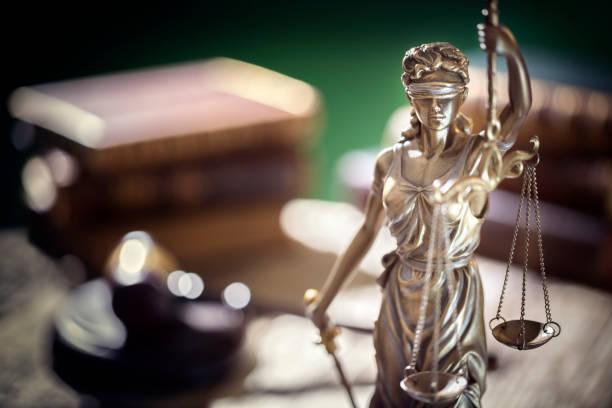 Rechts- und Rechtskonzept Statue von Lady Justice mit Maßstäben der Gerechtigkeit – Foto