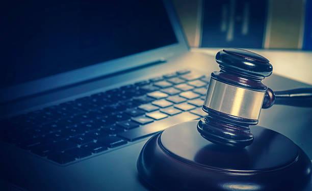 Marteau de droit juridique concept sur ordinateur portable-image - Photo