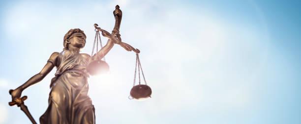 estatua del concepto de derecho legal de lady justice con escalas de fondo de cielo de la justicia - abogado fotografías e imágenes de stock