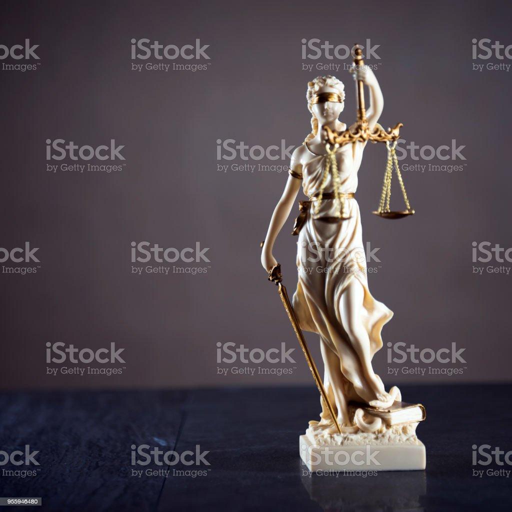 https www istockphoto com tr foto c4 9fraf hukuk dairesi avukat yasal model adalet tanr c4 b1 c3 a7as c4 b1 themis heykeli gm955946480 261000401