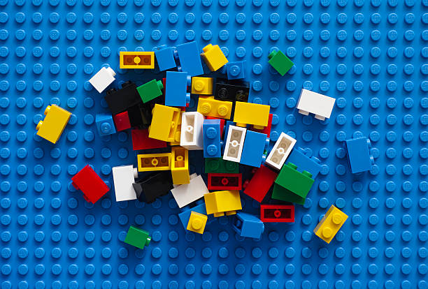 blocos de lego em azul base - lego imagens e fotografias de stock