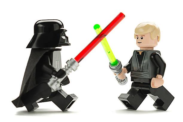 lego darth vader versus luke skywalker - star wars - fotografias e filmes do acervo