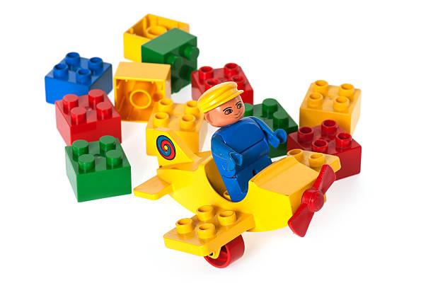 lego duplo-bausteinen spielen block -, flugzeug und pilot - lego flugzeug stock-fotos und bilder