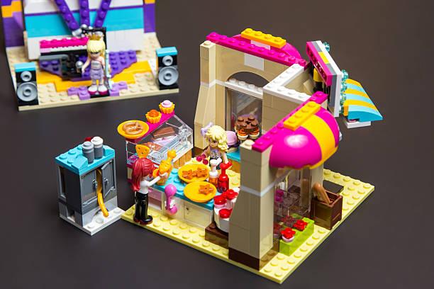 lego freunden mia süßwaren - lego friends kuchen stock-fotos und bilder
