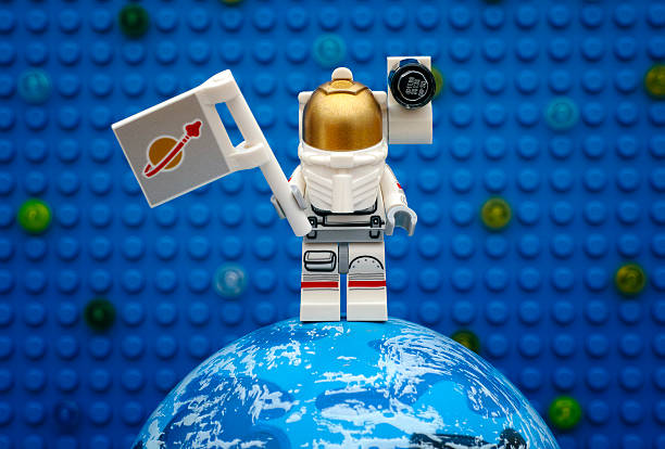 lego spaceman with flag stay on planet - lego 뉴스 사진 이미지