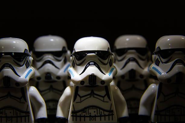 lego estrela guerras stormtrooper em isolado fundo preto - star wars - fotografias e filmes do acervo