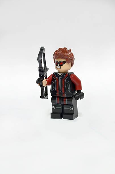 lego superhelden hawkeye - lego flugzeug stock-fotos und bilder