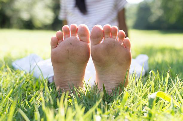 Beine und Füße eines Mädchen auf Gras – Foto