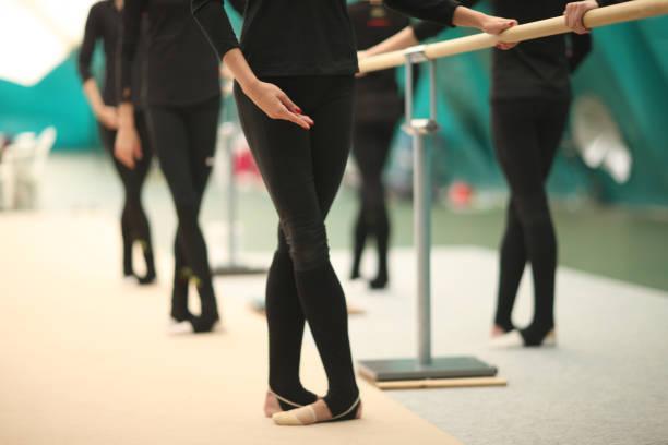 Beine und Hände von Turnerinnen im Proberaum – Foto
