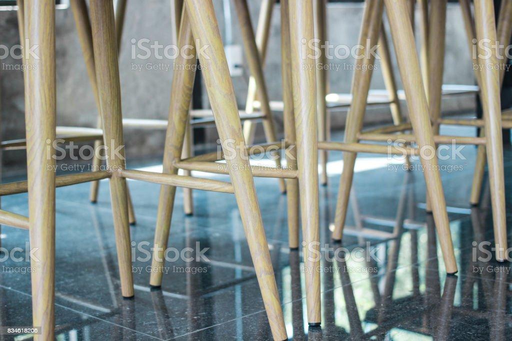 Beine-Lehrstuhl für Kaffee Café mit Reflexion – Foto