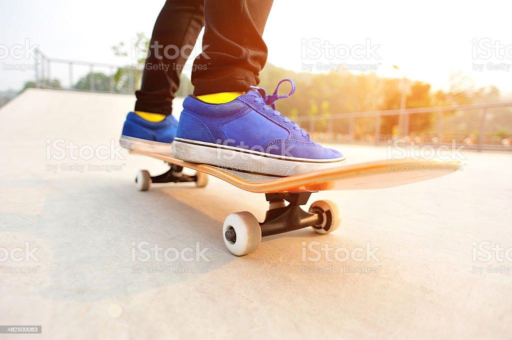 Gambe In Scarpe Da Ginnastica Su Uno Skateboard - Fotografie stock e ... 4db28c5e66e