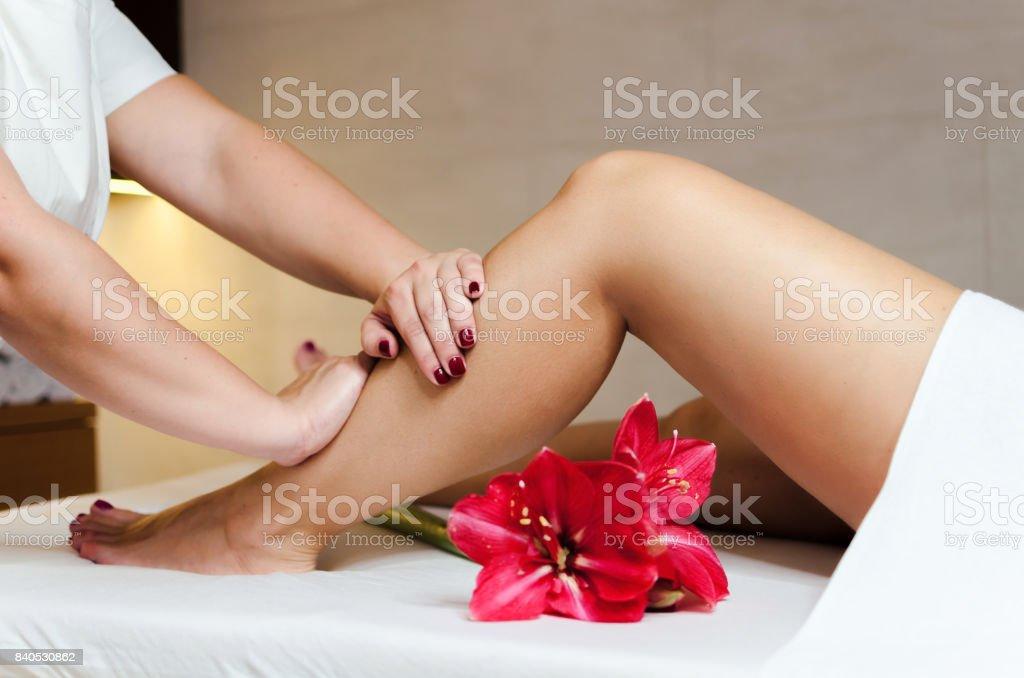 Pernas de massagem com óleo de flores - foto de acervo