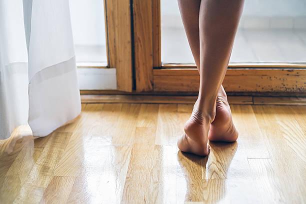 Piernas de una chica descalzo - foto de stock