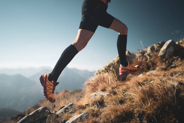 Beine der Langlauffrau hoch oben in Bergen – Foto