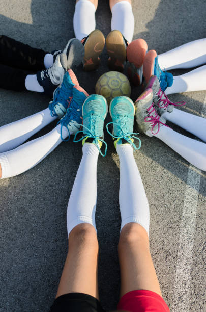Piernas de los jugadores del equipo de Balonmano con la bola en el centro - foto de stock
