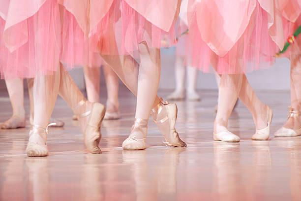 beine der little ballerinas – balet hintergrund - damen rock kostüme stock-fotos und bilder