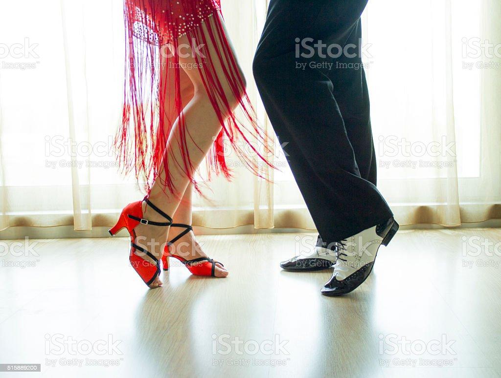 Piernas de hombre y mujer bailan - foto de stock