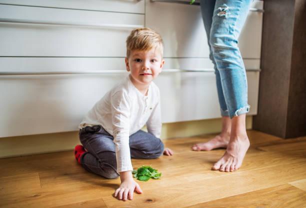 beine unkenntlich mutter oder großmutter mit einem kleinen jungen in der küche zu hause. - granny legs stock-fotos und bilder