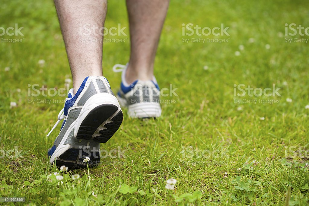 Beine von Mann zu Fuß auf dem Rasen - Lizenzfrei Aktiver Lebensstil Stock-Foto