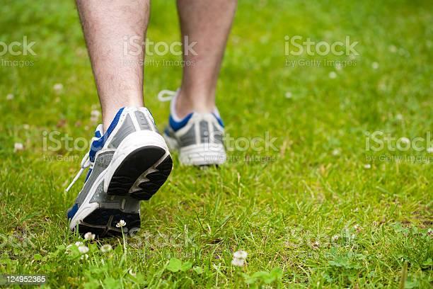 Beine Von Mann Zu Fuß Auf Dem Rasen Stockfoto und mehr Bilder von Aktiver Lebensstil