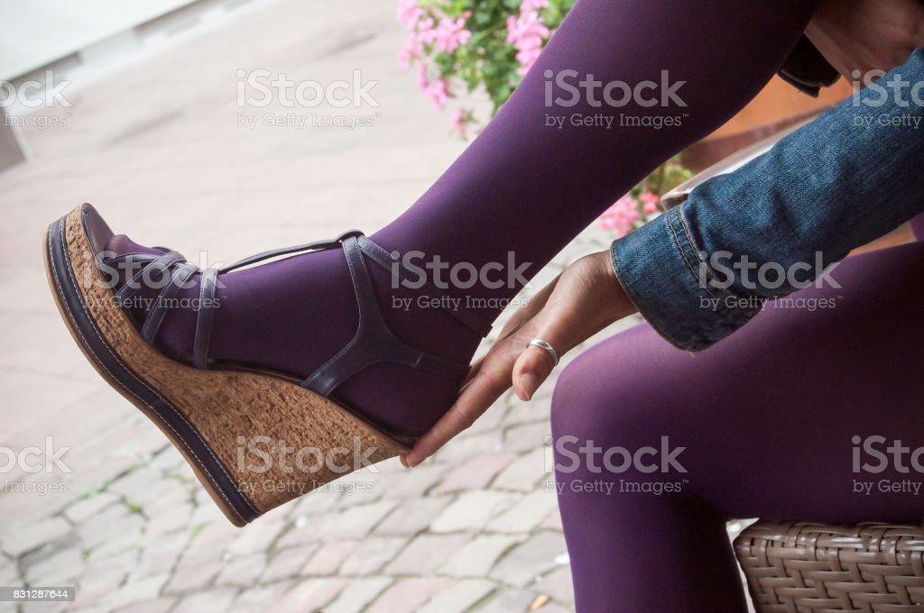 jambes de femme avec des collants violets et chaussures d'été en plein air - Photo