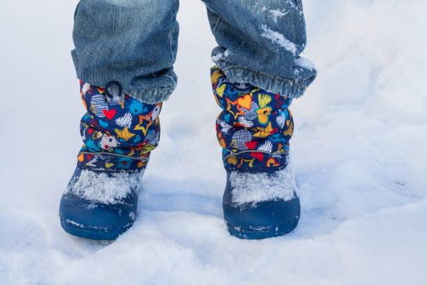 beine  - kinder winterstiefel stock-fotos und bilder
